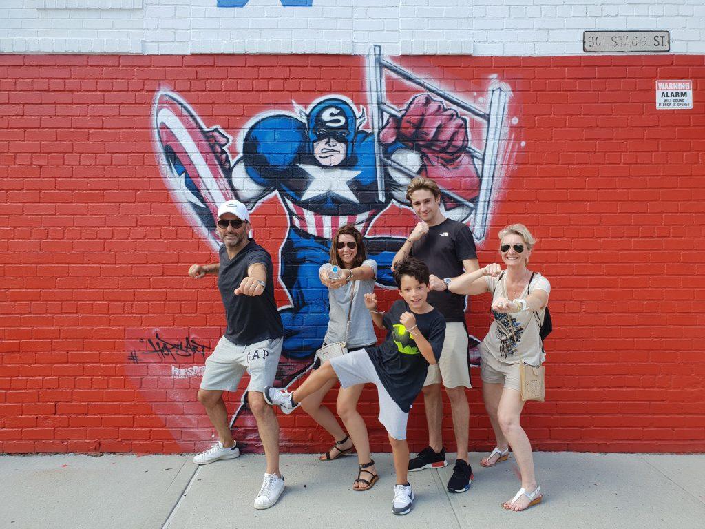 Nos participant à une de nos visites de Brooklyn en pleine saison estivale. Photo d'une fresque de super héros - Retrouvez nos conseils sur le blog de New York Off Road, visites guidées en français de la Grosse Pomme