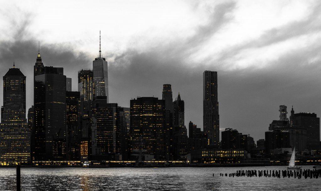 vue sur la skyline et sur des building iconiques comme la One World sous un ciel tres nuageux -Retrouvez nos conseils sur le blog de New York Off Road, visites guidées en français de la Grosse Pomme
