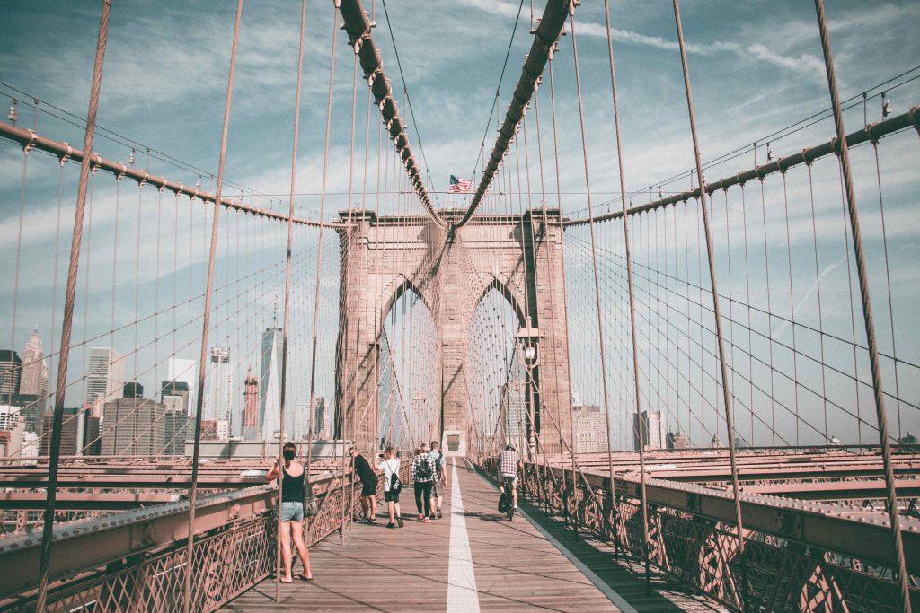 vue du pont de Brooklyn depuis Brooklyn durant la saison de l'été - Retrouvez nos conseils sur le blog de New York Off Road, visites guidées en français de la Grosse Pomme